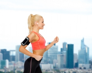 sporty woman running with music l www.destinationfittraining.ca